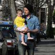 David Beckham et sa fille Harper se baladent dans les rues de Notting Hill à Londres. Le 24 avril 2013.