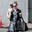 Jessica Alba, coiffée d'un bun, arrive à ses bureaux de Honest.com à Santa Monica, Los Angeles, le 25 avril 2013.