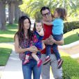 Johnny Knoxville emmène ses enfants Rocko et Arlo à la garden party organisée par la marque de couches Huggies, à Los Angeles, le 27 avril 2013.