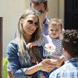 Molly Sims et son mari Scott Stuber emmènent leur fils Brooks à la garden party organisée par la marque de couches Huggies, à Los Angeles, le 27 avril 2013.