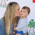 Molly Sims et son fils Brooks à la garden party organisée par la marque de couches Huggies, à Los Angeles, le 27 avril 2013.