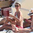 Julianne Hough se détend sur la plage avec des amies dont l'actrice Nina Dobrev. Miami, le 28 avril 2013.