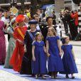 Les princesses Catharina-Amalia (9 ans), Alexia (7 ans) et Ariane (6 ans), filles du roi Willem-Alexander des Pays-Bas et de la reine Maxima, menaient le cortège de la famille royale néerlandaise (avec la princesse Beatrix et la princesse Mabel derrière elles) à leur arrivée à la Nouvelle Eglise d'Amsterdam pour la prestation de serment de Willem-Alexander, le 30 avril 2013.