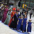 Les princesses Catharina-Amalia (9 ans), Alexia (7 ans) et Ariane (6 ans), filles du roi Willem-Alexander des Pays-Bas et de la reine Maxima, menaient le cortège de la famille royale néerlandaise (avec notamment la princesse Beatrix et la princesse Mabel derrière elles) à leur arrivée à la Nouvelle Eglise d'Amsterdam pour la prestation de serment de Willem-Alexander, le 30 avril 2013.