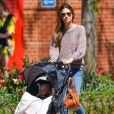 Le mannequin Lily Aldridge se promène avec sa fille Dixie à New York, habillée d'un pull et de bottines Isabel Marant et avec un sac Chloé accrochée à sa poussette. Le 2 mai 2013.