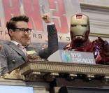 Robert Downey Jr. et son Iron Man à Wall Street, New York, le 30 avril 2013.