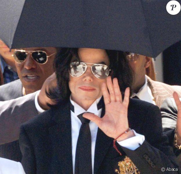 Michael Jackson à la sortie de la Cour du comté de Santa Barbara, à Santa Maria (Californie), qui vient de le déclarer non coupable d'abus sexeul sur mineur, le 13 juin 2005. Quatorze chefs d'incultaption étaient retenus contre le chanteur.