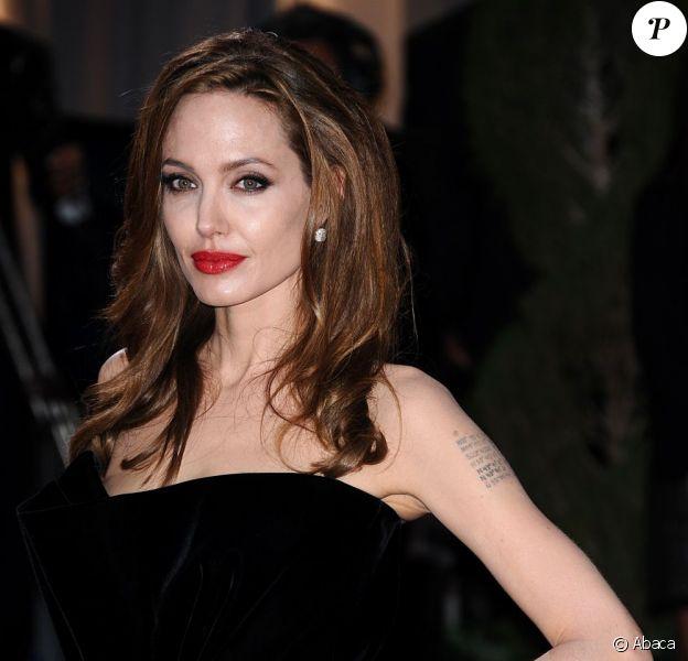Angelina Jolie sur le tapis rouge des 84e Annual Academy Awards au Kodak Theatre à Los Angeles, le 26 février 2012.