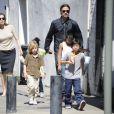 Brad Pitt et Angelina Jolie avec leurs six enfants Maddox, Pax, Zahara, Shiloh, Knox, et Vivienne à la Nouvelles-Orléans, le 20 mars 2011.