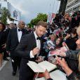 Justin Timberlake signe des autographes avant la montée des marches du film Inside Llewyn Davis lors du 66e festival du film de Cannes, le 19 mai 2013.