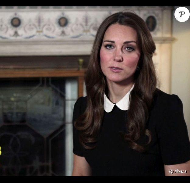 Kate Middleton dans son premier message vidéo le 29 avril 2013 pour la semaine des Children's Hospices. En mai, il est révélé que l'auteure Joan Smith s'en prend vertement à la duchesse de Cambridge dans son ouvrage The Public Woman.