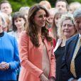 Kate Middleton à la Naomi House le 29 avril 2013. En mai, il est révélé que l'auteure Joan Smith s'en prend vertement à la duchesse de Cambridge dans son ouvrage  The Public Woman .