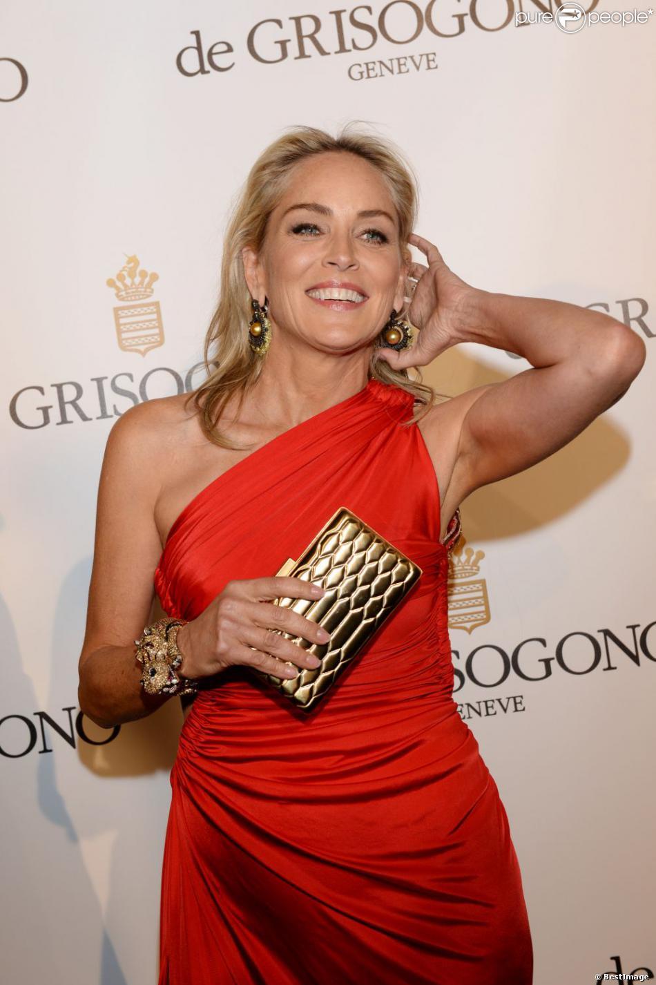 """Sharon Stone lors du photocall de la soirée """"de Grisogono"""", marque de bijoux et de montres de luxe, à l'Eden Roc au Cap d'Antibes dans le cadre du 66e Festival de Cannes. Le 21 mai 2013."""