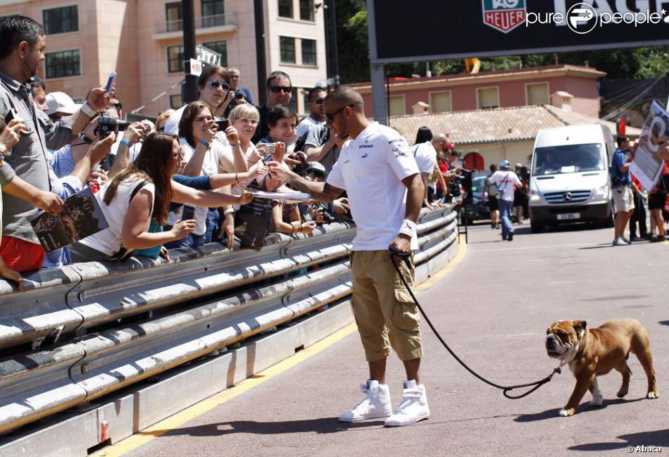 Lewis Hamilton et son chien Roscoe découvre le circuit de Monaco et le paddock du Grand Prix de F1 le 22 mai 2013, en profitant pour signer quelques autographes