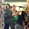 Busy Philipps très très enceinte fait des courses avec une amie dans le quartier de Los Feliz à Los Angeles. Le 22 mai 2013.