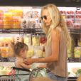 Exclusif - Kimberly Stewart fait du shopping avec sa fille Delilah au magasin Whole Foods à Beverly Hills, le 21 mai 2013.