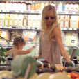 Exclusif - Kimberly Stewart fait du shopping avec sa fille à Whole Foods à Beverly Hills, le 21 mai 2013.