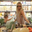 Exclusif - Kimberly Stewart fait du shopping avec sa fille Delilah à Whole Foods à Beverly Hills, le 21 mai 2013.