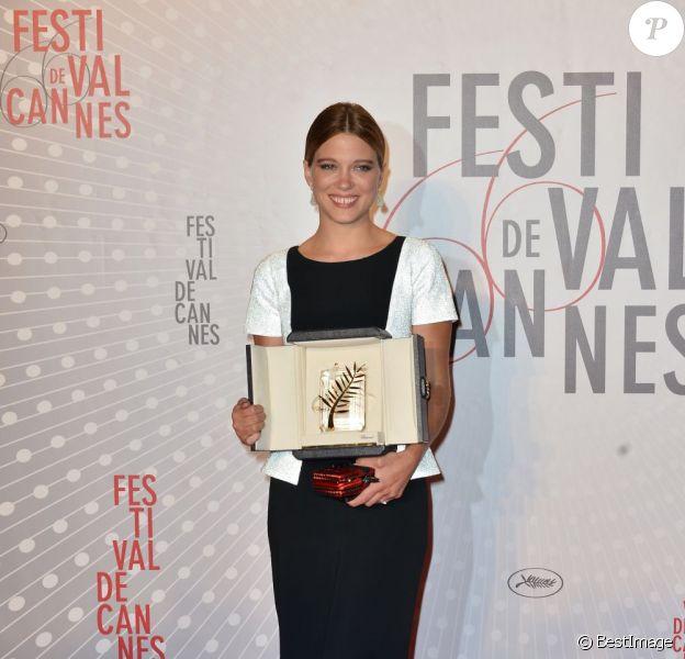 Léa Seydoux ravissante avec la Palme d'or lors du dîner des lauréats au Festival de Cannes le 26 mai 2013.