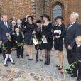 La famille du défunt lors des obsèques du comte Christian de Rosenborg, ancien prince de Danemark, le 29 mai 2013 à l'église et au cimetière de Lyngby. Outre sa veuve Anne Dorte et leurs trois filles, la reine Margrethe II de Danemark, le prince Henrik, la princesse Benedikte et la princesse Marie assistaient à l'office, conduit par Julie Schmidt.