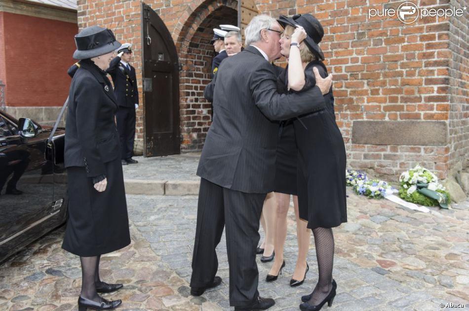 Le comte Ingolf, frère aîné du défunt, et son épouse la comtesse Sussie aux obsèques du comte Christian de Rosenborg, ancien prince de Danemark, le 29 mai 2013 à l'église et au cimetière de Lyngby. Outre sa veuve Anne Dorte et leurs trois filles, la reine Margrethe II de Danemark, le prince Henrik, la princesse Benedikte et la princesse Marie assistaient à l'office, conduit par Julie Schmidt.