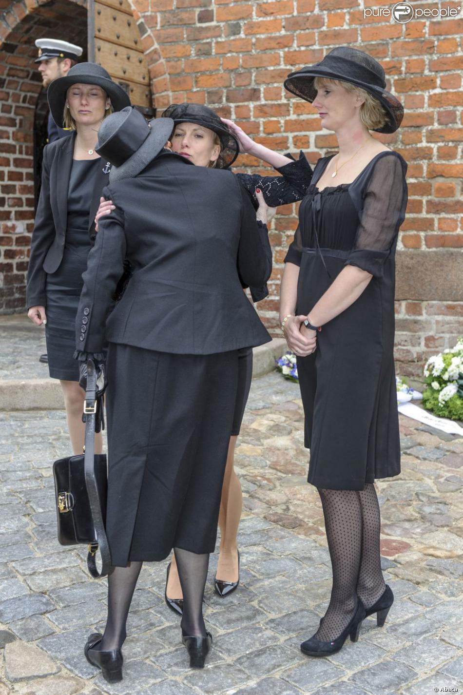 La reine Margrethe II de Danemark avec les filles du défunt aux obsèques du comte Christian de Rosenborg, ancien prince de Danemark, le 29 mai 2013 à l'église et au cimetière de Lyngby. Outre sa veuve Anne Dorte et leurs trois filles, la reine Margrethe II de Danemark, le prince Henrik, la princesse Benedikte et la princesse Marie assistaient à l'office, conduit par Julie Schmidt.