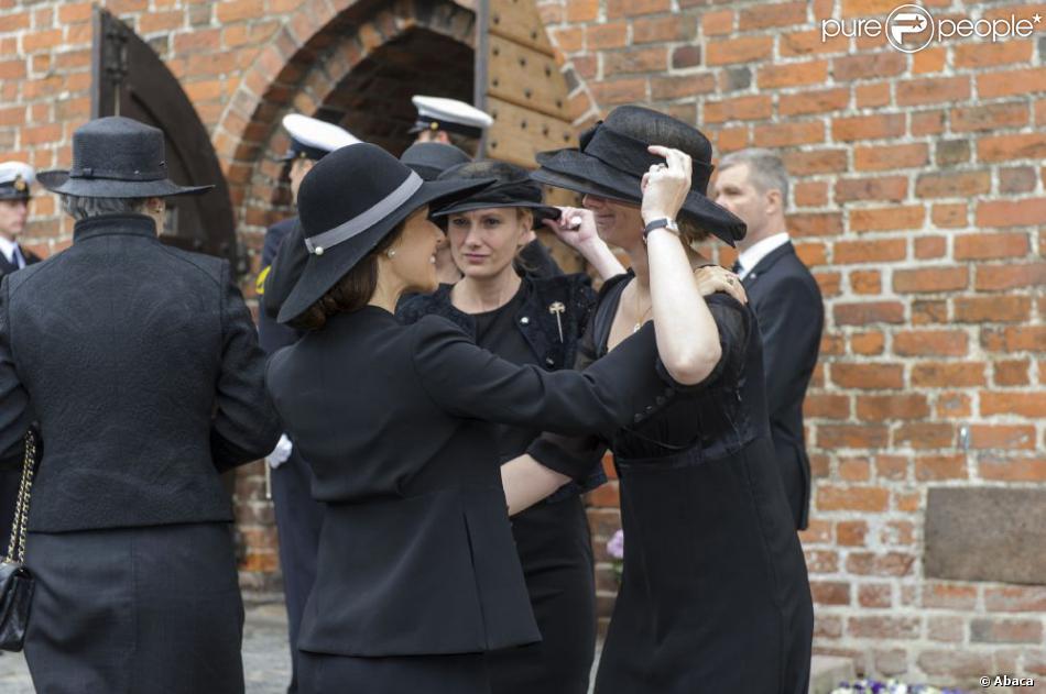 La princesse Marie salue les filles du défunt lors des obsèques du comte Christian de Rosenborg, ancien prince de Danemark, le 29 mai 2013 à l'église et au cimetière de Lyngby. Outre sa veuve Anne Dorte et leurs trois filles, la reine Margrethe II de Danemark, le prince Henrik, la princesse Benedikte et la princesse Marie assistaient à l'office, conduit par Julie Schmidt.