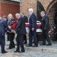 Le cercueil part pour le cimetière... Obsèques du comte Christian de Rosenborg, ancien prince de Danemark, le 29 mai 2013 à l'église et au cimetière de Lyngby. Outre sa veuve Anne Dorte et leurs trois filles, la reine Margrethe II de Danemark, le prince Henrik, la princesse Benedikte et la princesse Marie assistaient à l'office, conduit par Julie Schmidt.