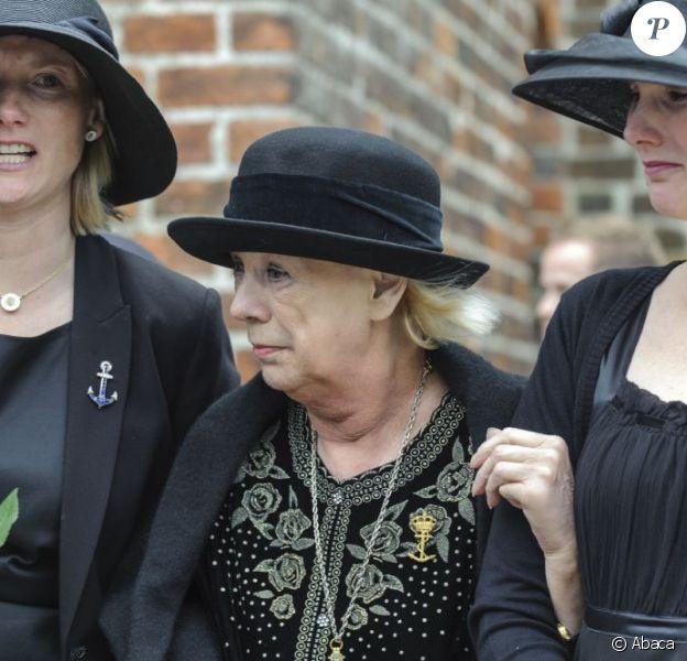 La comtesse Anne Dorte soutenue par ses filles aux obsèques de son mari le comte Christian de Rosenborg, ancien prince de Danemark, le 29 mai 2013 à l'église et au cimetière de Lyngby. Outre sa veuve Anne Dorte et leurs trois filles, la reine Margrethe II de Danemark, le prince Henrik, la princesse Benedikte et la princesse Marie assistaient à l'office, conduit par Julie Schmidt.