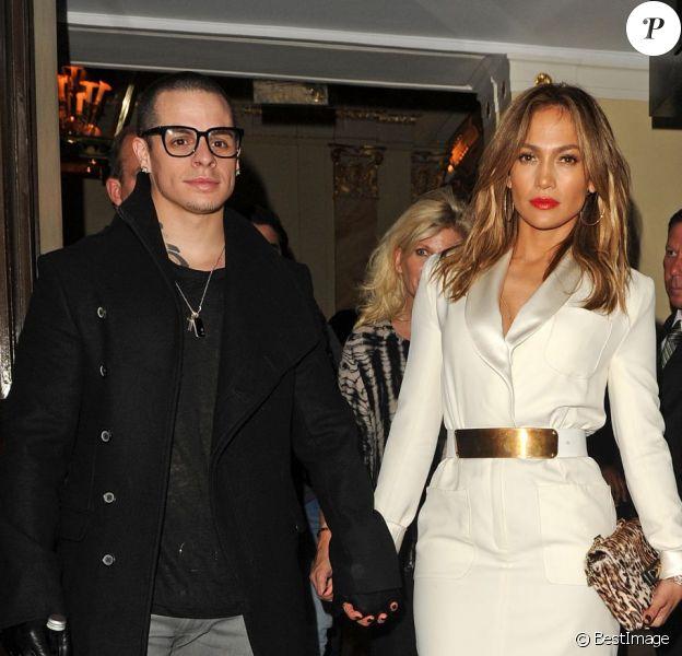 Jennifer Lopez et son petit ami Casper Smart à la sortie de l'hôtel Dorchester à Londres, le 30 mai 2013.