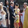 Le prince William, tandis que son épouse Kate Middleton converse avec Zara Phillips (en jaune), quittant l'abbaye de Westminster après la cérémonie pour les 60 ans du couronnement d'Elizabeth II, le 4 juin 2013 à Londres.