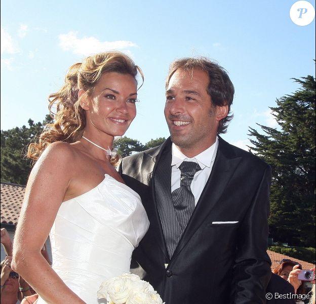 Ingrid Chauvin et son mari Thierry Peythieu lors de leur mariage au Cap Ferret en août 2011