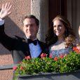 La princesse Madeleine de Suède et son fiancé Chris O'Neill saluent la foule depuis le balcon du Grand Hotel, le 7 juin 2013, où était organisé un dîner à la veille de leur mariage.