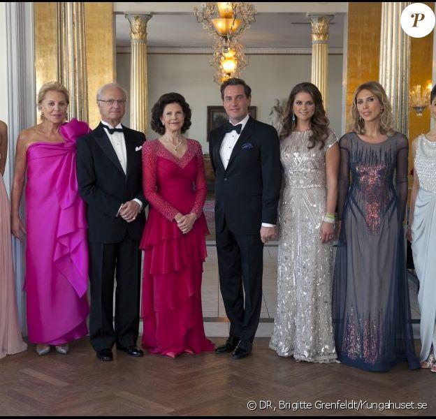 La princesse Madeleine de Suède et Chris O'Neill posent en famille à la veille de leur mariage, à l'occasion d'un dîner privé au Grand Hotel de Stockholm le 7 juin 2013.