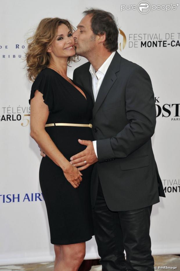 La jolie Ingrid Chauvin, enceinte, aux côtés de son mari Thierry Peythieu lors de la cérémonie d'ouverture du 53e festival de Monte-Carlo au Forum Grimaldi à Monaco, le 9 juin 2013.