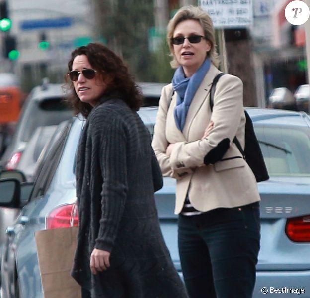 Exclusif - Jane Lynch rejoint sa femme Lara Embry pour aller déjeuner, à West Hollywood, le 17 décembre 2012.