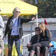 Jennie   Garth  et  Peter   Facinelli  assistent au match de football de leurs filles  Fiona  et  Lola  à  Los   Angeles  avec leur aînée  Luca   Bella . À  Los   Angeles , le 10 novembre 2010.