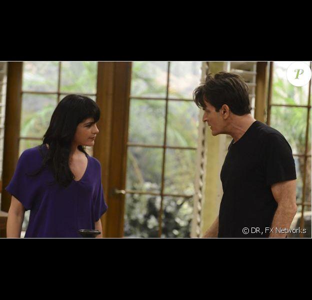 """Charlie Sheen et Selma Blair dans la saison 1 de """"Anger Management"""" sur FX, 2012."""