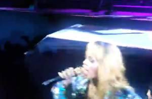 Rihanna : Énervée contre une fan, elle la frappe avec son micro !