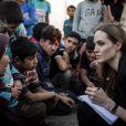 Angelina Jolie rend visite à des réfugiés syriens dans un camp à la frontière jordanienne, le 18 juin 2013.