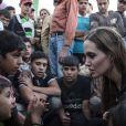 Angelina Jolie (ambassadrice du HCR) visitant des réfugiés syriens dans un camp à la frontière jordanienne, le 18 juin 2013.
