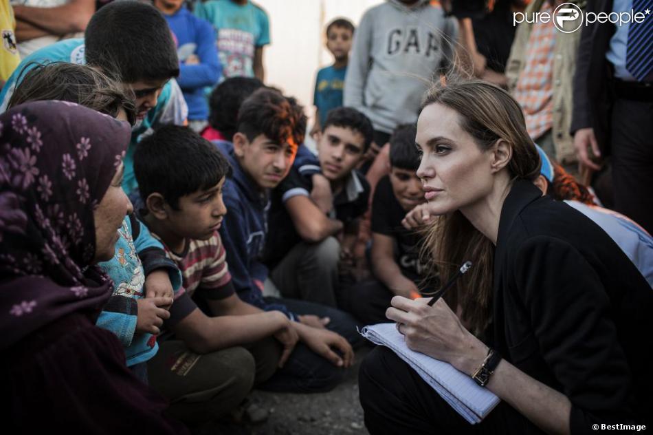 Angelina Jolie visite un camp de réfugiés syriens à la frontière jordanienne, le 18 juin 2013.