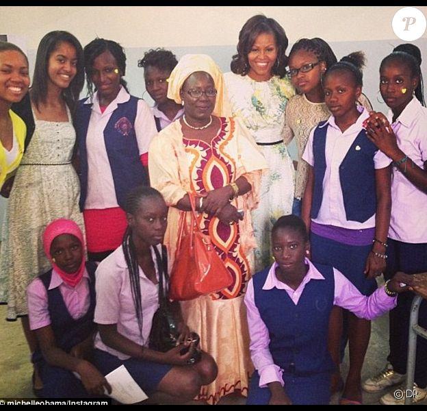Photo de Michelle Obama, entourée d'écolières de Dakar et de sa fille Malia à Dakar le 27 juin 2013 Compte Instagram de Michelle Obama