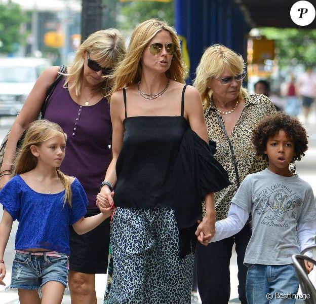 Heidi Klum en pleine balade avec sa mère Erna et ses enfants Leni et Johan à New York le 29 juin 2013.