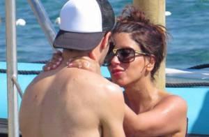 Cesc Fabregas: Pause amoureuse dans les bras de sa belle Daniella sous le soleil
