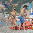 Les futurs parents Michelle Hunziker et Tomaso Trussardi, amoureux en vacances dans la commune de Finale Ligure en Italie. Le 6 juillet 2013.