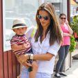 """Alessandra Ambrosio et son fils Noah Mazur se rendent au """"Brentwood Country Mart"""", le 2 juillet 2013."""