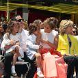 """Jennifer Lopez a obtenu son étoile sur le Hollywood """"Walk of Fame"""", le 20 juin 2013. On la voit ici avec ses jumeaux et Casper Smart."""