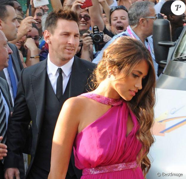 Le star du Barça Lionel Messi avec sa petite amie Antonella Rocuzzoau mariage de son coéquipier Xavi à Blanes le 13 juillet 2013.
