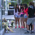 """Des fans sont venus déposer des fleurs et ont érigé un mémorial en hommage à l'acteur de la série """"Glee"""" Cory Monteith décédé d'une overdose devant cet hôtel de Vancouver, le 13 juillet 2013."""